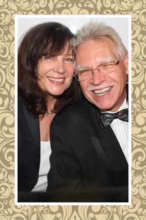 Wolfgang Reinisch mit seiner Frau Annegret, welche in seinen Zauber-Shows überall in NRW u.a. schwebt