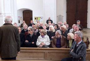 Aufmerksame Zuhörer hatte der einheimische Fremdenführer in den Mitgliedern des Villinger Geschichts- und Heimatvereins bei der Besichtigung der großartigen Klosterkirche in Rot an der Rot. Foto: hco/Flöß