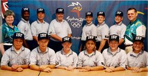"""Nella foto la """"formazione"""" degli Umpire alle Olimpiadi di Sidney 2000 Softball - Antonella Garofalo è la seconda in basso da destra (Foto da ISF)"""