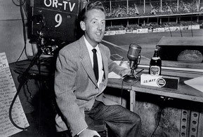 Nella foto Vin Scully giovanissimo commentatore televisivo (Getty images)