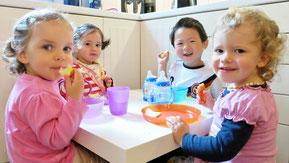 Die Kinder frühstücken