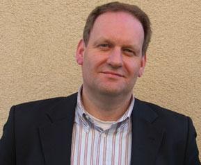 BDKJ-Diözesanvorsitzender Matthias Schmidt steht vor einer beigen Hauswand