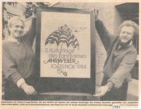1984. Ursula Krupp-Deman präsentiert gemeinsam mit Heinz-Peter Müller das Plakat der 2. Kulturtage des Kreises Ahrweiler.