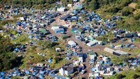 1.ジャングルの1人用テント内には数人が生活して、通り道のような場所で煮炊きをする者もいる。