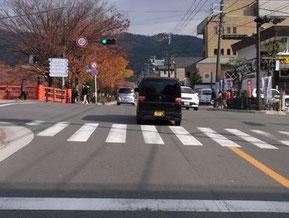 右折待ちの際には交差点中央で待機する