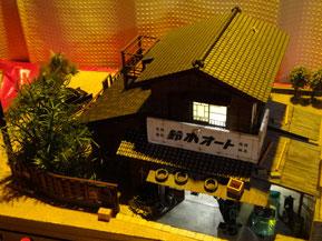 オレンジ色の夕日に染まる鈴木オート