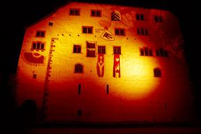 Schloss Werdenberg wird orange beleuchtet.