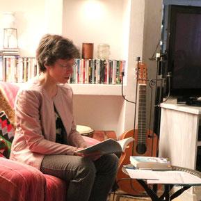 Kari Lessír liest im Blauen Haus in Leimen. Foto: privat