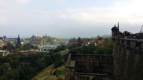 Edinburgh Castle, Blick auf New Town, Princes Street Gardens, Calton Hill und Old Town