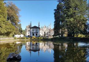 Casa do Mateus umsäumt von Bäumen und davor mit Teich, in der sich die Villa spiegelt