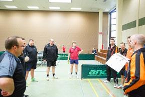 Beide Mannschaften bei der Begrüßung in HILTER