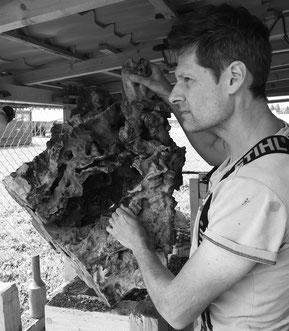 Markus Bhend lebt in Uetikon am See (ZH) und zeigt ausdrucksstarke Fundholz & Wurzelstock Skulpturen und Schalen aus Arve & Olive.