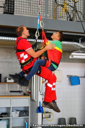 Notarzt Alex demonstriert die Rettung eines Patienten mittels Winde