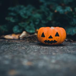 Cette image représente une citrouille d'halloween