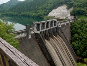 人道の丘近くの丸山ダム。現在、新丸山ダムの工事中