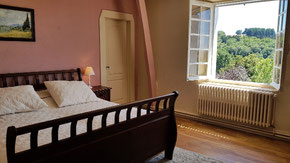 Guestroom Maury with electric adjustable bed and bathroom with shower and toilet