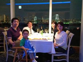 お台場のホテル日航東京のレストラン・オーシャンダイニングで東京湾の夜景を見ながら家族で食事