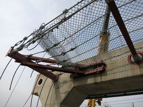 柵端部には緩衝金具が取りつけられている。