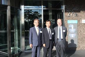 李登輝元総統のオフィスがある淡水のビルの玄関で、森直樹社長、船井勝仁社長と記念撮影