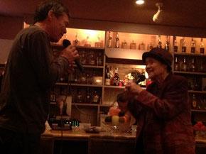 息子と歌う91歳の女性