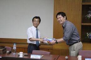 国立高雄第一科技大学で地盤工学を専門とされている蘆之偉副教授に私の著書を贈呈させていただいた。