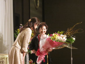花束を受け取る中田文さん