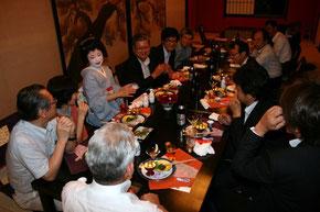 二次会は料亭「濱長」で土佐のお座敷遊びの定番「べく杯」や「箸拳」を楽しむ。