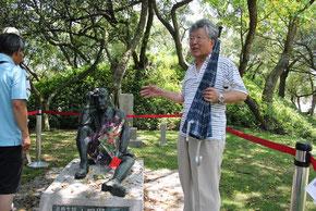八田與一の銅像の前で,銅像建立から現在までのドラマを熱く語られる随行講師の古川勝三先生