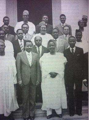 Ahidjo et Biya, entourés de quelques membres du gouvernement