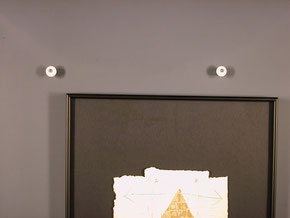 Bildaufhänger auf schwarzem Alurahmen montiert. Hängung mit Exzenter.