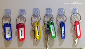Organiza las llaves en ganchos adhesivos - AorganiZarte