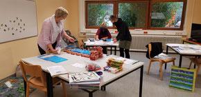 Foto: Swetlana Aoul, Ilona Günther und Angela Paul packen Familienpakete (von links)