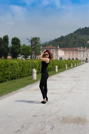 Hübsches rothaariges Model in der Einfahrt zur Villa Fenaroli in der Nähe vom Gardasee