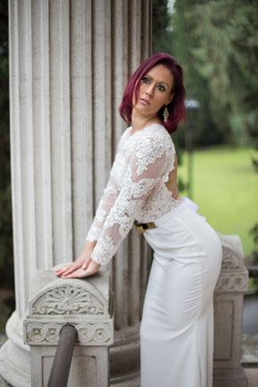 Berta Bridal Brautkleid vor der Villa Alba am Gardasee