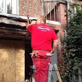 Anschluss Mauerwerk am Dach, Balkone und Anbauten abdichten bzw. instandsetzen.