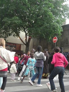 アフリカレストランの前の広場で、食事もでき子供達ものりのり。