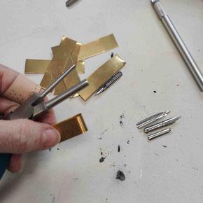 Bester Federhalter für Modern Calligraphy: Der Messingstreifen wird gebogen