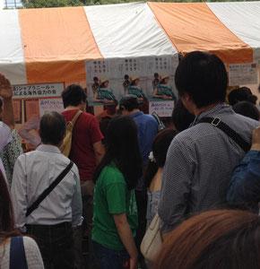 本の即売会の様子。長打の列ができて藤岡さんは大人気でした。