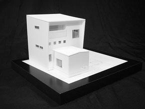 1/100の白い住宅模型