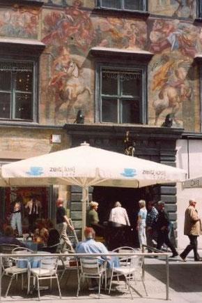 Gemütliche Kaffeehauskultur mit Blick auf das gemalte Haus in der Herrengasse. © Sudy