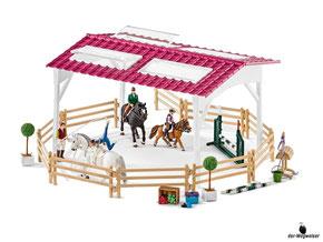 Im Paket Schleich 42344 sind 98 Einzelteile,  ein Pferd, ein Fohlen, eine Reiterin, ein Sattel, ein Stall, ein Zaumzeug, ein Zügel, eine Pferdedecke, zwölf Paddock, zwei Strohballen, zwei Blumenkästen, vier Apfel, vier Karotten (Rüebli) enthalten.