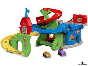 Die Besonderheit beim Fisher-Price Hochhaus Rennbahn ist, das die Kind die Wheelies-Fahrzeuge auf der horizontal ausgerichteten Bahn die Strassen entlang- und die Rampen hinunterflitzen lassen können.