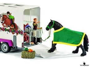 Die Besonderheit im Schleich Paket 42346 ist der Pfereanhänger für die Pferdetransporte.