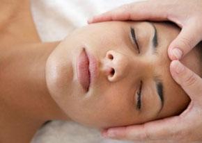 Eine Frau erhält eine Craniosacrale Behandlung.