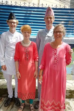 Familie Mütschele in nepalesischer Kleidung