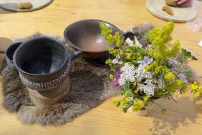 Keramikgefäße (Repliken) und gesammelte Wildkräuter