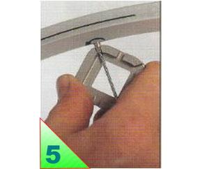 Tendre les rayons les plus desserés, ils sont souvent responsables du voile. Pour redresser une jante tendez toujours les rayons de la nappe opposée au point de contact ( avec le patin ou l'index) ou trace de feutre.