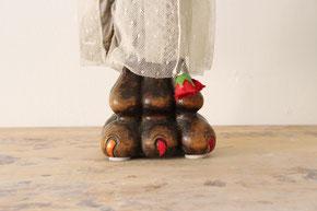 """Eva Hradil, """"Vorderbein rechts"""" oder """"standing leg/Standbein""""; 2017; geschnitztes Nussholz aus Historismus, Teile aus Kleidungsstücken aus Buenos Aires, Nagellack; ca. 30 x 9,5 x 7,5 cm"""