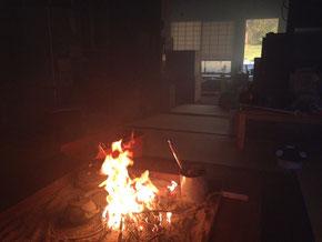 囲炉裏で焚火です(いなくなったらすぐ消火しました!)