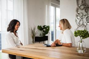 Kerstin sitzt mit Klientin am Tisch und bespricht Themen zum Karriere Coaching.